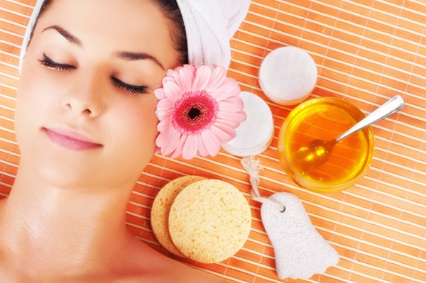 woman-enjoying-spa-treatment-with-honey_4