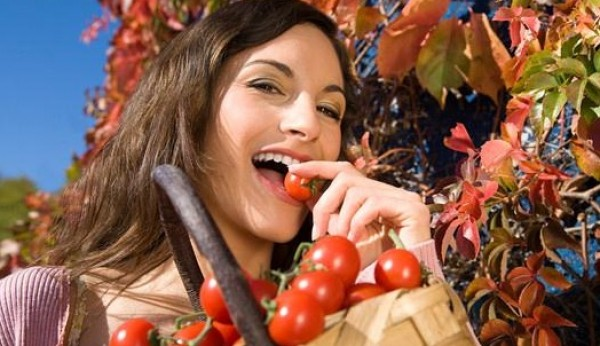woman-eating-fresh-tomatoes