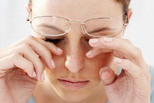 วิธีรักษาอาการตาแพ้แสง ตาสู้แสงไม่ได้ ตัดแว่นหรือใส่คอนแทคอะไรดี? 1