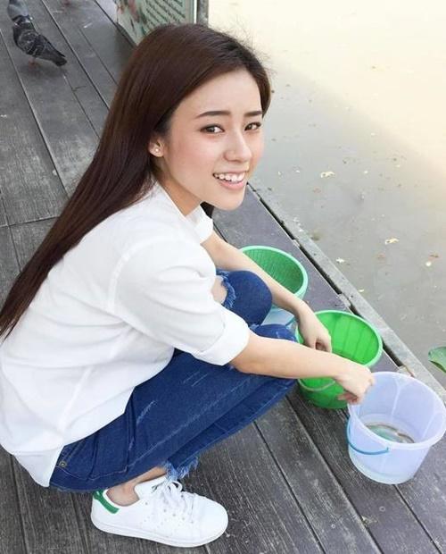 20 แฟชั่นรองเท้าผ้าใบดาราสีขาว เก๋แค่ไหน ต้องดู 6