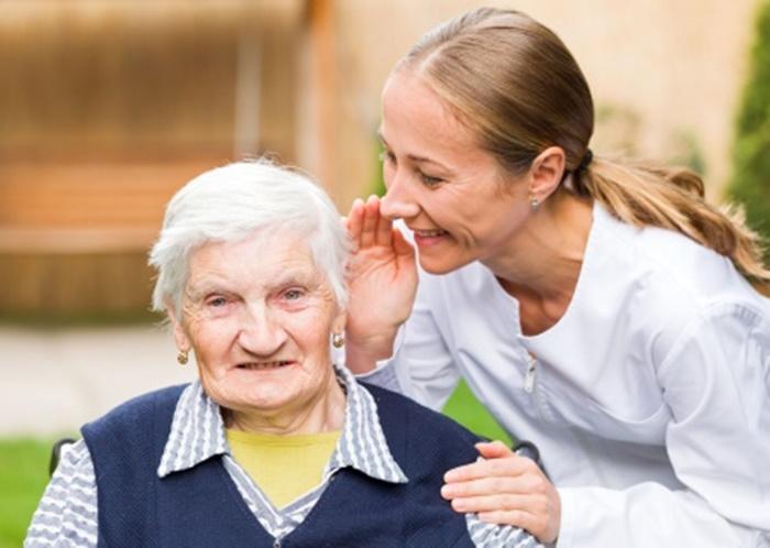 วิธีการดูแลและสื่อสาร ผู้สูงอายุที่มีปัญหาสมองเสื่อม