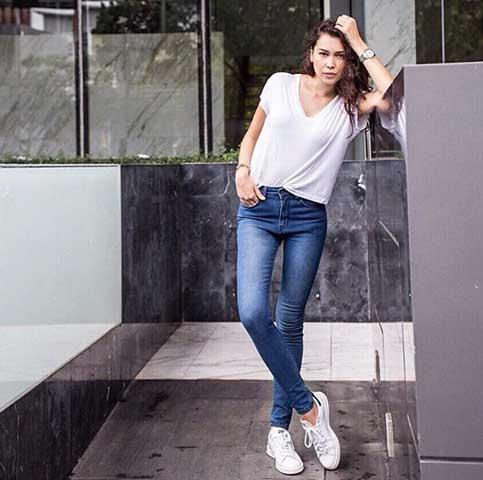 แฟชั่นเสื้อยืดขาวกางเกงยีนส์ผู้หญิง